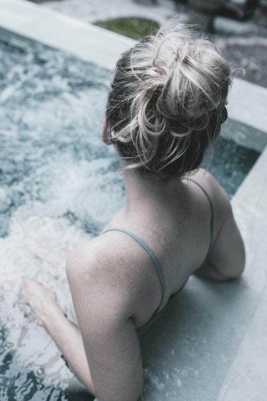 Muller en bañeira de auga quente, foto de Paje Victoria en Unsplash