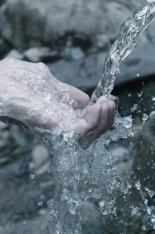 Mano cogiendo agua